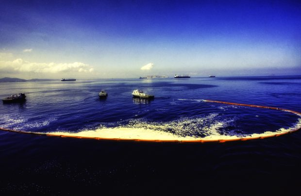Oil spill recovery in the sea